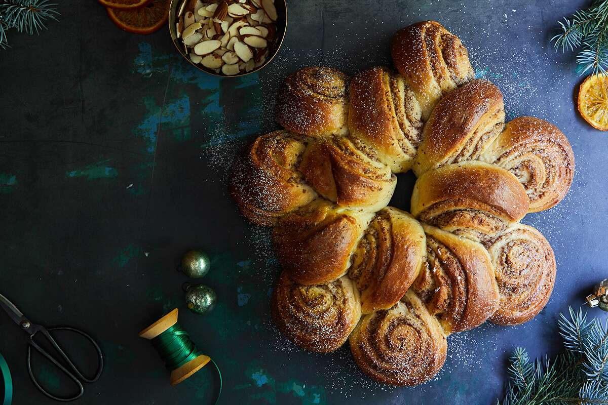 how to shape a coffeecake wreath via @kingarthurflour