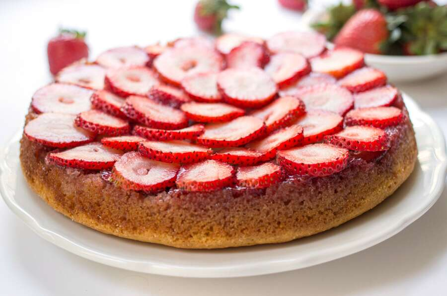 Strawberry Almond Flour Cake via @kingarthurflour