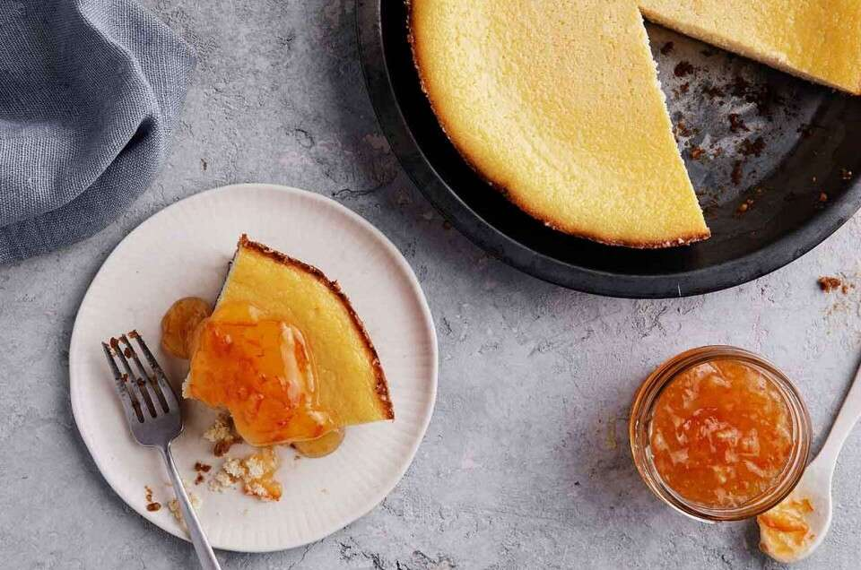 Sliced ricotta pie and marmalade