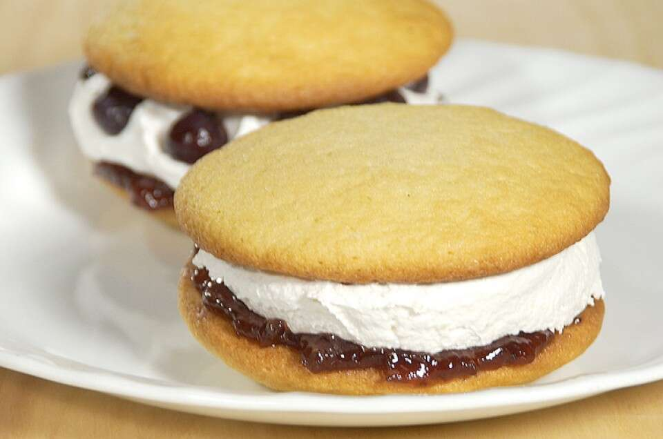 berry-cream-whoopie-pie