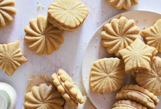 Maple Shortbread Sandwich Cookies