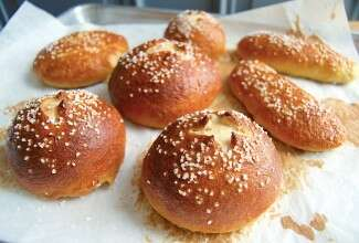 Pretzel buns via @kingarthurflour